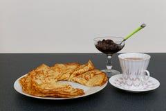 薄煎饼、茶和果酱 免版税图库摄影