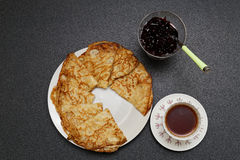 薄煎饼、茶和果酱 库存图片
