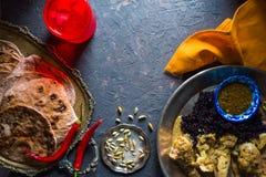 薄煎饼、鸡咖喱和黑米面包  印第安食物 库存照片