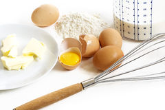 薄煎饼、黄油、鸡蛋、面粉、牛奶和a的烘烤成份 免版税库存图片