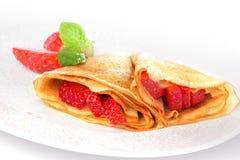 薄煎饼。 绉纱用用草莓 库存图片