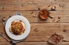 薄煎饼健康早餐与蜂蜜,胡说和焦糖的b的 免版税图库摄影