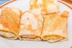薄煎饼充塞了 背景点心干酪红色村庄的薄煎饼 接近烹调食物薄煎饼传统 包裹薄煎饼用酸奶干酪 免版税库存照片