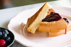薄煎饼冠上用蓝莓果酱 库存图片