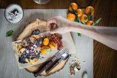 薄煎饼和冷甜点装饰用果子和顶部和坚果在木桌上 免版税库存图片