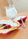 薄煎饼和杯牛奶 免版税库存照片