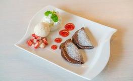 薄煎饼和果子与冰淇凌在桌上 免版税库存照片