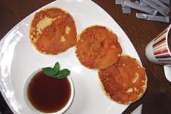 薄煎饼和枫蜜 免版税库存照片