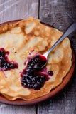 薄煎饼和蓝莓果酱 免版税库存图片