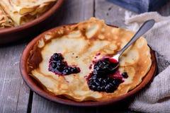 薄煎饼和蓝莓果酱 免版税库存照片