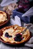 薄煎饼和蓝莓果酱 库存照片