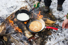 薄煎饼在一个煎锅的火烹调了有一支红色笔的 库存图片