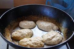 薄煎饼在平底锅油煎 免版税库存照片