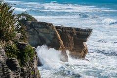 薄煎饼在西部海岸的岩石峡谷在新西兰 库存图片