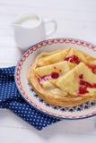 薄煎饼或绉纱在板材用果酱 库存照片