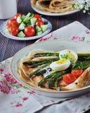 薄煎饼早餐烘烤了用芦笋用煮沸的蛋和乳脂干酪 库存图片