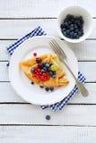 薄煎饼早餐用莓果 库存图片