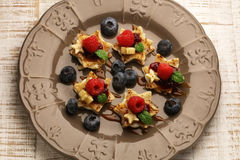 薄煎饼星用莓果和枫蜜 免版税库存照片