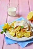 薄煎饼烘烤与凝乳柠檬装填 库存图片