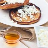 薄煎饼用乳酪和蜂蜜 库存图片