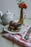 薄煎饼用冰淇凌和蓝莓果酱 免版税图库摄影