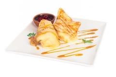薄煎饼用冰淇凌樱桃果酱和焦糖糖浆 免版税库存图片
