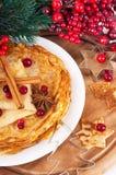薄煎饼用圣诞节浆果和酥皮点心表单 免版税库存图片