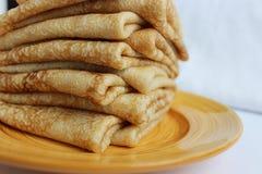 薄煎饼用在一块板材的黄油,作为古老斯拉夫语c的标志 免版税库存照片