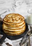 薄煎饼用在平底锅的蜂蜜 图库摄影