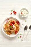 薄煎饼用在葡萄酒板材的奶油色和红浆果 库存照片