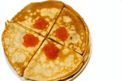 薄煎饼用在被隔绝的白色背景的红色鱼子酱 免版税库存照片
