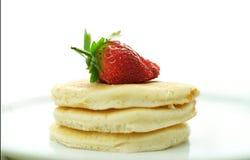 薄煎饼用在顶面宏观特写镜头的草莓 免版税库存照片