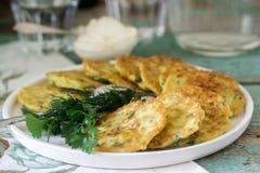 薄煎饼用夏南瓜和甜玉米,供食与酸性稀奶油、荷兰芹和莳萝 素食食物 免版税库存照片