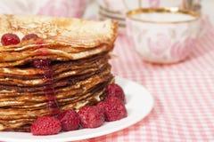 薄煎饼用山莓果酱。 免版税图库摄影