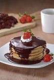 薄煎饼用巧克力和草莓 免版税库存照片