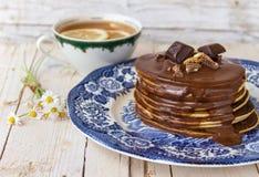 薄煎饼用巧克力汁和茶 免版税库存图片