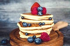 薄煎饼用新鲜的夏天莓果 图库摄影