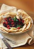 薄煎饼用新鲜的浆果和薄菏 库存图片