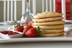 薄煎饼用新鲜的草莓 库存图片