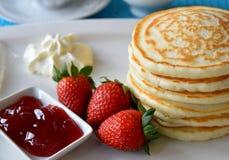 薄煎饼用新鲜的草莓 图库摄影