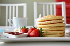 薄煎饼用新鲜的草莓 免版税图库摄影