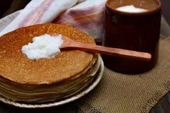 薄煎饼用无花果果酱和茶 免版税库存图片