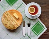薄煎饼用无花果果酱和茶 图库摄影