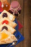 薄煎饼用果酱、蜂蜜和巧克力 库存照片