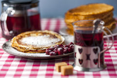 薄煎饼用樱桃和糖粉末 图库摄影