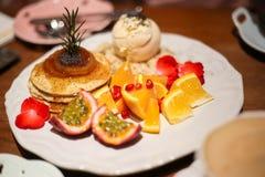 薄煎饼用混合果子 免版税库存图片