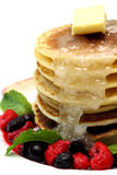 薄煎饼用混杂的莓果 免版税库存图片