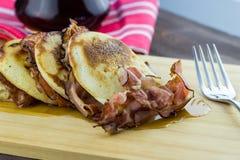 薄煎饼用烟肉和枫蜜 免版税库存照片