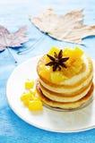 薄煎饼用焦糖的苹果 免版税库存照片
