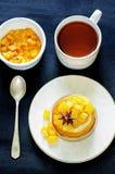 薄煎饼用焦糖的苹果 免版税库存图片